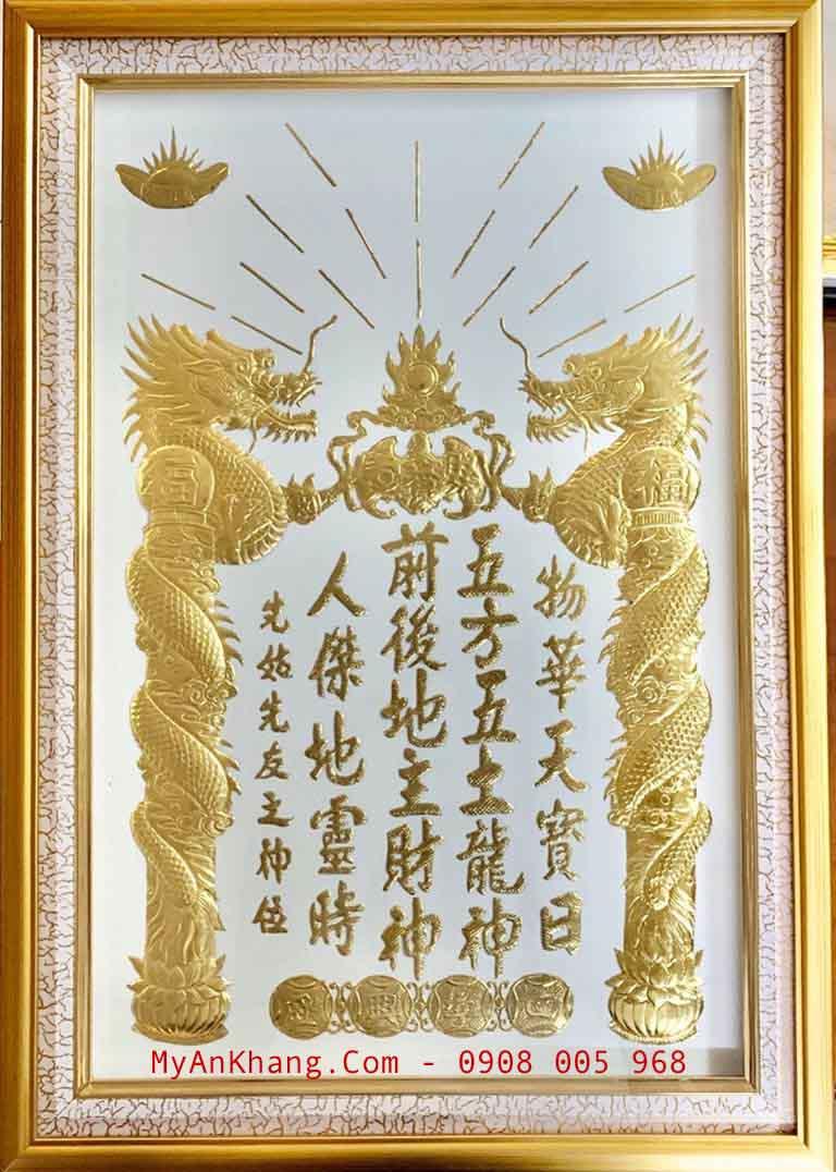 Bài vị đặt trên bàn thờ ông địa thần tài có màu trắng mạ vàng 24k nổi