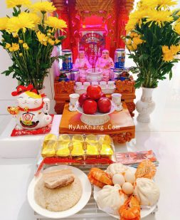 Hoa và trái cây trang trí trên bàn thờ thần tài ông địa
